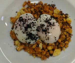 Migas caseras con chorizo, panceta y huevo poché